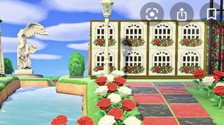 Mur blanc, fenêtres et roses